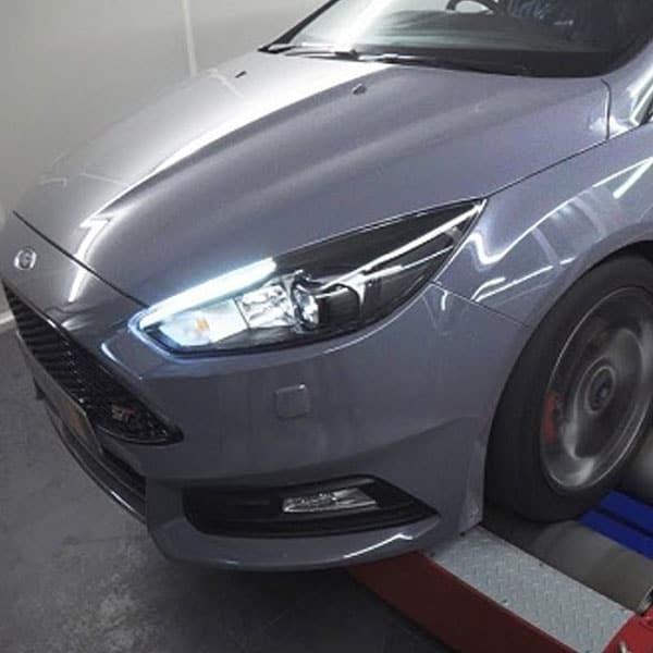Sølv grå bil der er blevet behandlet med hydrive-motorrens