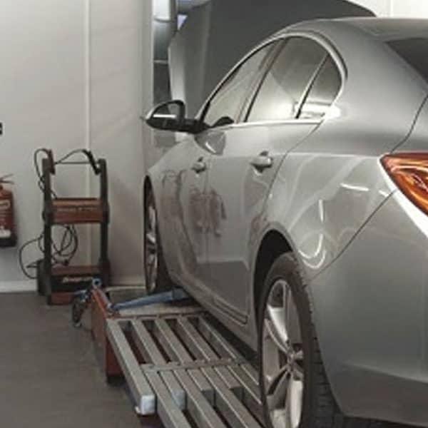 Sølv grå bil der er blevet behandlet med obd-tuning